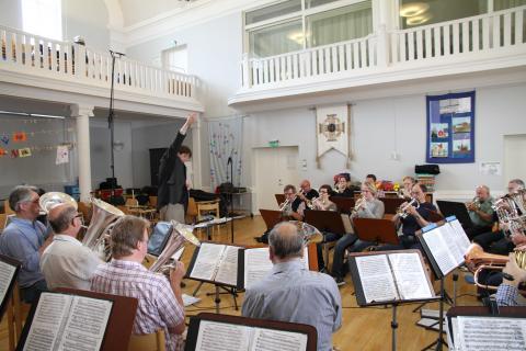 Andreas dirigerar med stora rörelser