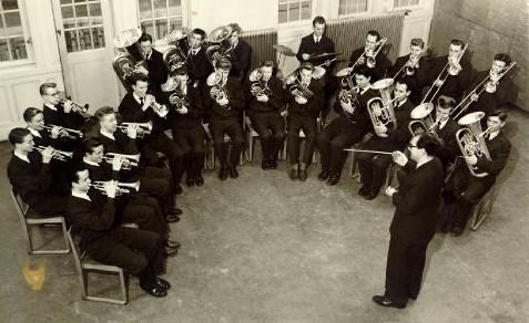 Bertil Hansson dirigerar LKU-orkestern, som sedan blev Limhamns Brassband